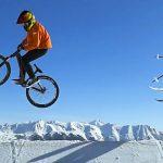 今度は自転車と対決?スキーヤーとマウンテンバイクが雪山でセッションする「Two wheels to Ski」
